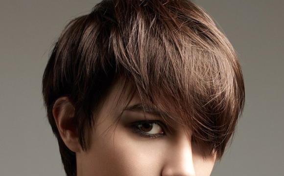 Apportez une touche graphique à votre coiffure courte!